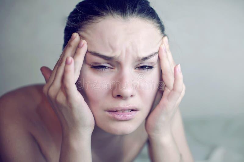 Gir die migraine heeft. het hoofd van de hoofdpijnholding in pijn royalty-vrije stock fotografie