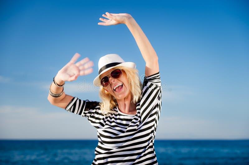 Gir souriant dans un chapeau photo libre de droits
