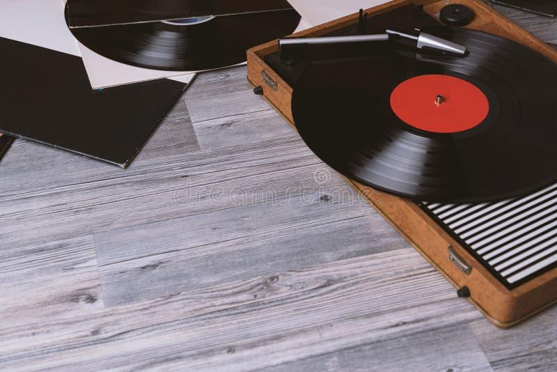 Giradischi pi? anziano del vinile della piattaforma girevole su di legno grigio immagini stock libere da diritti