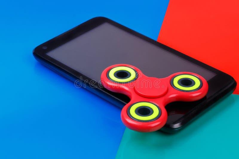 Girador da inquietação que encontra-se no smartphone Fundo colorido imagem de stock royalty free