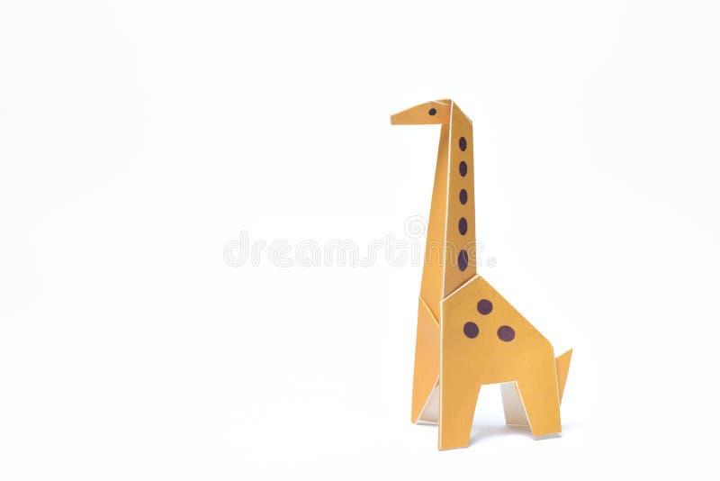 Girafa amarelo do origâmi único no branco imagem de stock