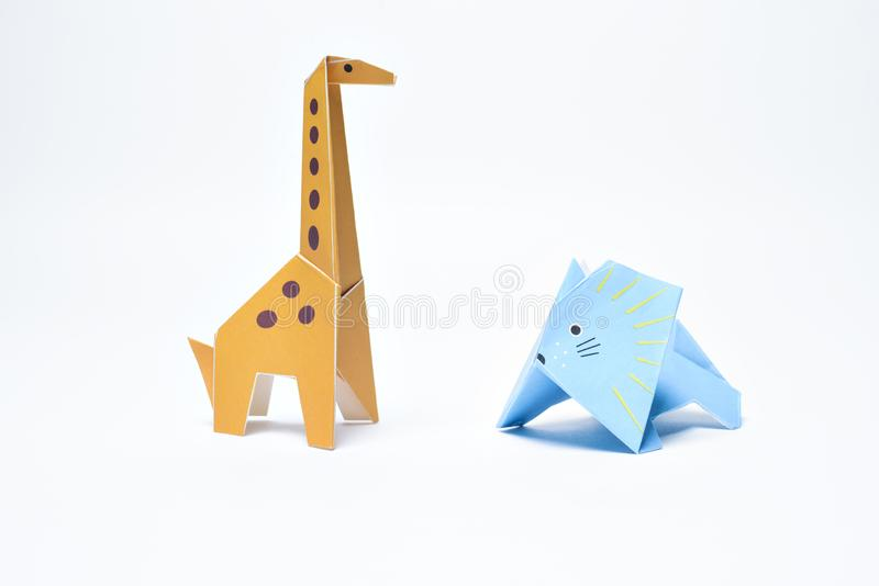 Girafa do origâmi e leão azul fotos de stock royalty free