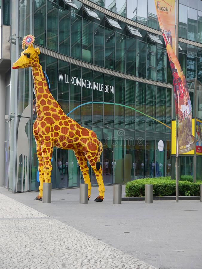 Girafe faite de briques du bâtiment des enfants dans Sony Centre à Berlin image libre de droits