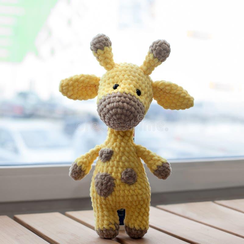Girafe jaune d'amigurumi à crochet Jouet fait main tricot? photos libres de droits