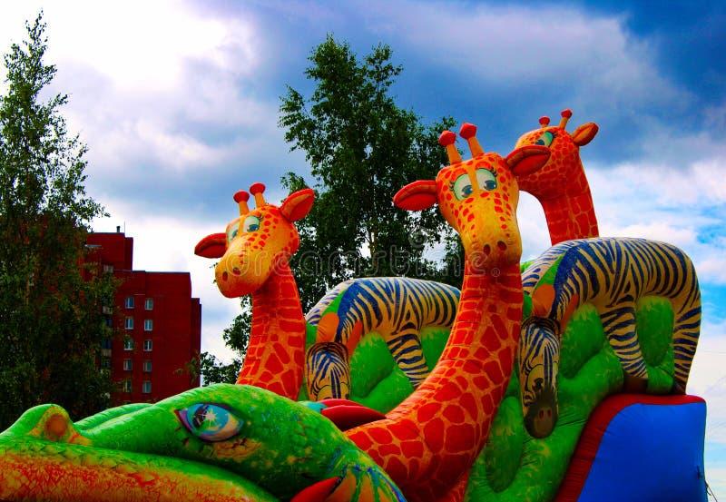 Girafes gonflables contre le ciel bleu en parc image libre de droits