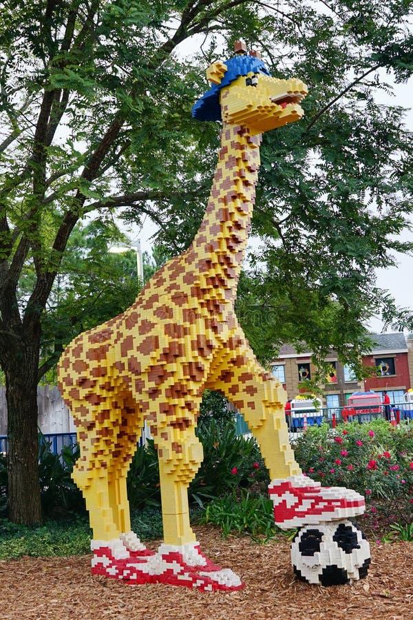 Giraffa con pallone da calcio fatto dal lego immagine stock