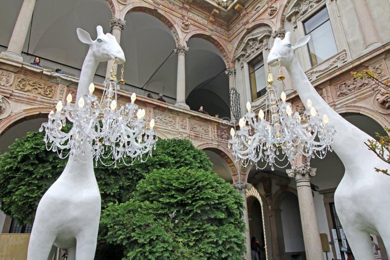 """""""Giraffe dans l'amour """"; installation par Marcantonio pour Qeeboo photos libres de droits"""