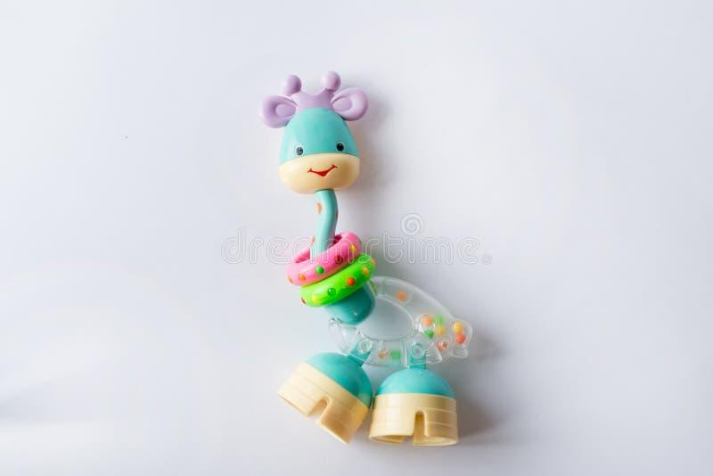 Giraffleksak Plast- leksak för urverk som isoleras på vit bakgrund arkivfoton