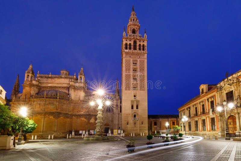 Giralda和塞维利亚大教堂在晚上,西班牙 库存照片