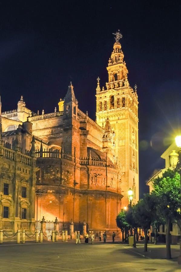 Giralda塔和塞维利亚大教堂在晚上,西班牙 免版税库存照片