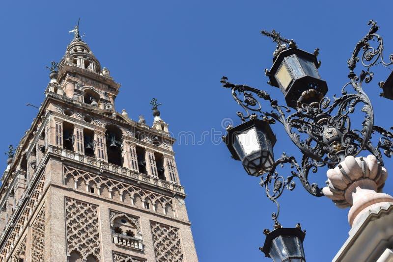 Giralda钟楼和古董路灯柱在塞维利亚 免版税库存图片