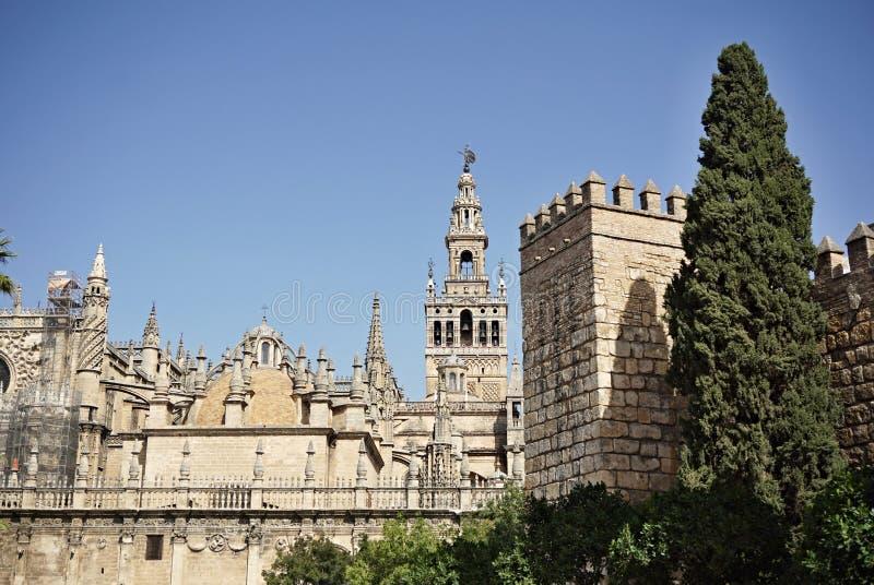 Giralda, campanario famoso de la catedral de Sevilla en la ciudad española de Sevilla, construida como alminar imágenes de archivo libres de regalías