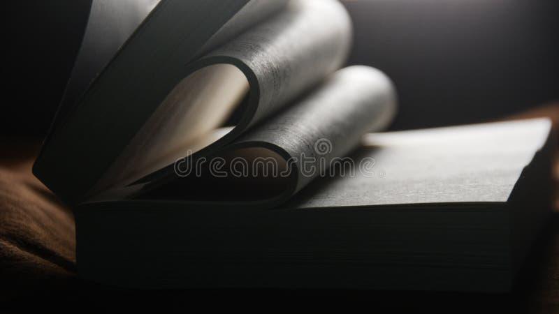 Girando o livro dobrado no amor fotografia de stock royalty free