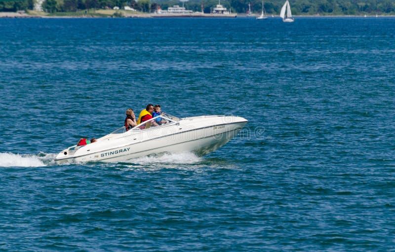 Girando in un'imbarcazione a motore fotografia stock