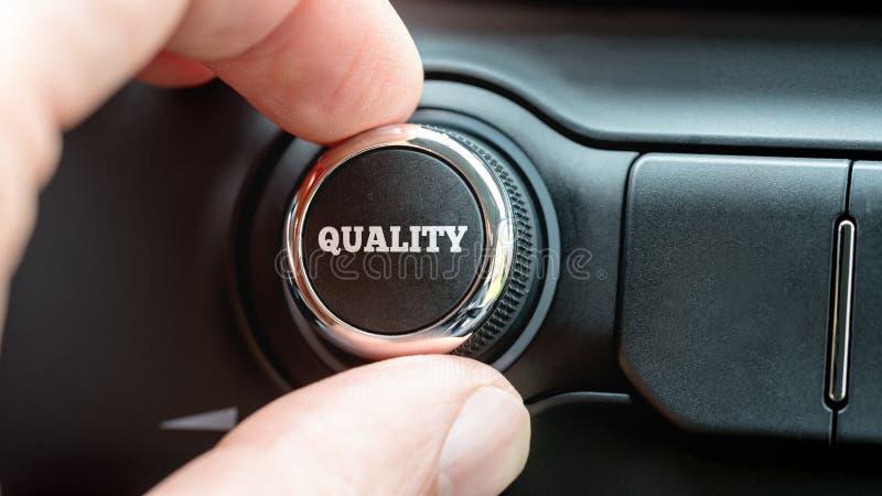 Girando una calidad abotone con la calidad de la palabra en el lette blanco fotografía de archivo