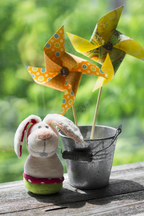 Download Girandola Di Carta Casalinga Ed Il Coniglietto Di Pasqua Immagine Stock - Immagine di aria, nave: 55359005