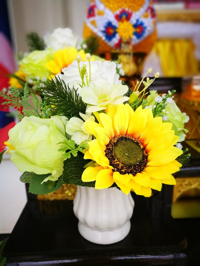 Girasol cerca de rosas en la decoración del florero en el lavabo fotos de archivo libres de regalías