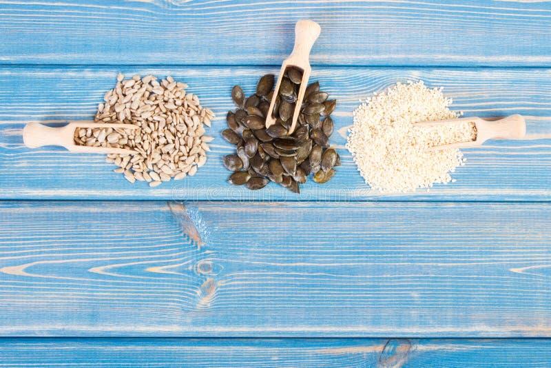 Girasole, zucca e semi di sesamo, concetto sano di nutrizione, spazio della copia per testo sui bordi fotografia stock libera da diritti
