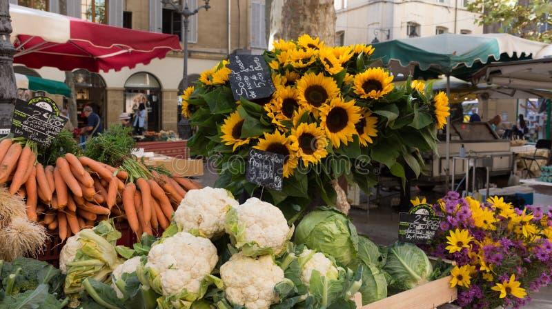 Girasoles y verduras en el mercado imagen de archivo libre de regalías