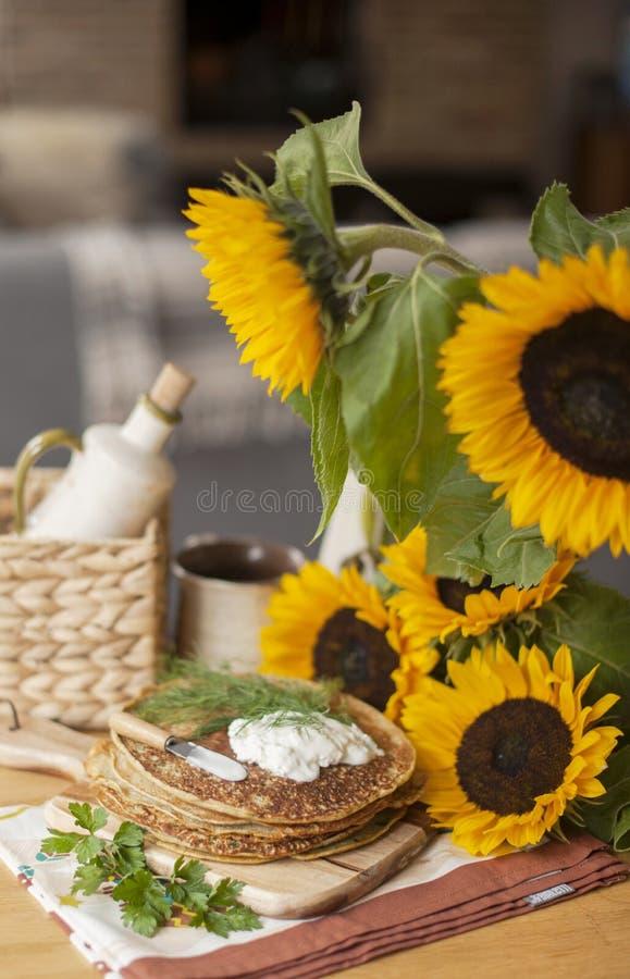 Girassóis flores amarelas em um vime da cesta em um fundo dos tijolos imagem de stock royalty free