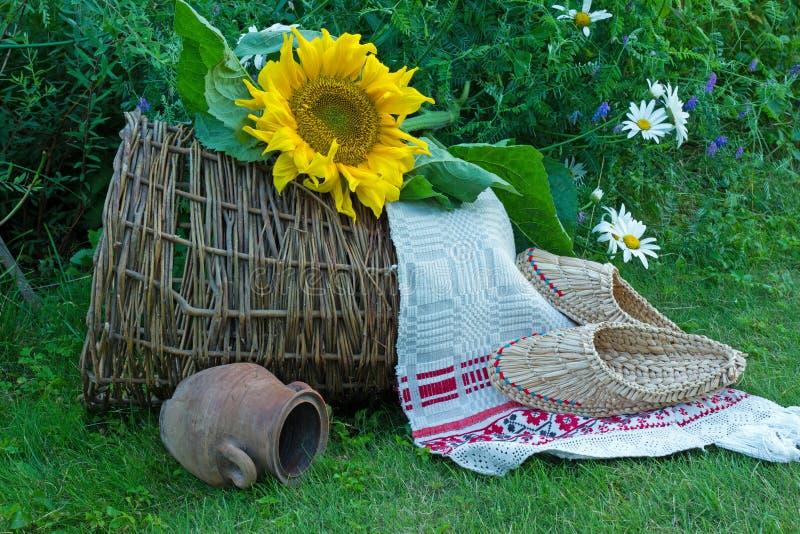 Download Girassol Grande Em Um Fundo Verde Da Grama Imagem de Stock - Imagem de embroidery, sunflower: 65576421