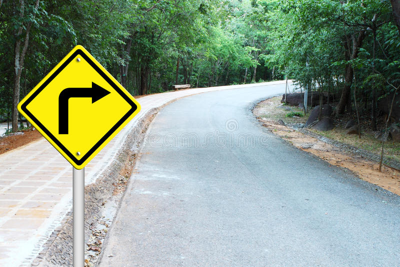 Gire o sinal de aviso direito na estrada da curva ilustração stock