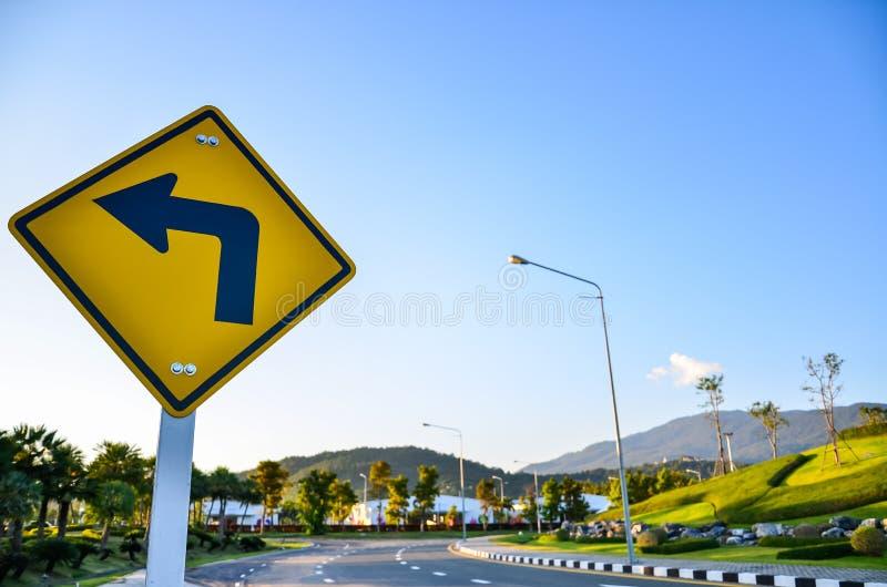 Gire o sinal de tráfego esquerdo fotografia de stock royalty free