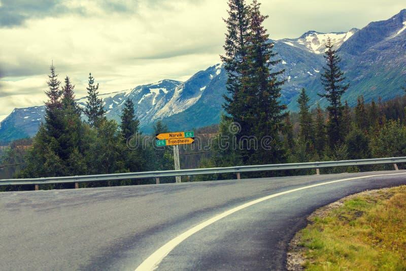Gire sobre a estrada da montanha fotos de stock