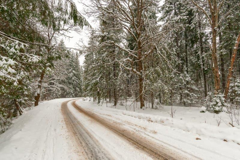 Gire sobre uma estrada nevado estreita imagens de stock