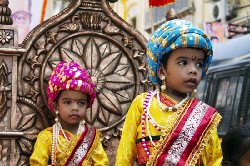 GIRGOAN, MUMBAI, MAHARSHTRA, τον Απρίλιο του 2016, δύο νέα αγόρια έντυσαν στην παραδοσιακή ινδική ενδυμασία, Bal Raje στους εορτα στοκ εικόνες