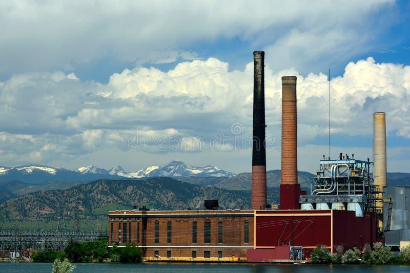 Giri al minimo la centrale elettrica infornata carbone non corrente da un lago fotografie stock