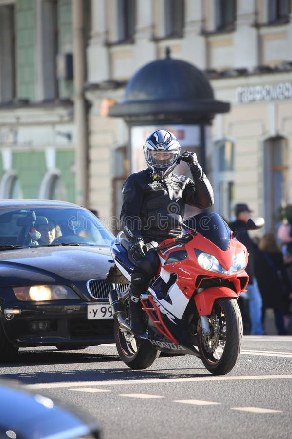 Giri dei motociclisti lungo Nevsky Prospekt al quadrato del palazzo per assistere all'evento fotografie stock libere da diritti