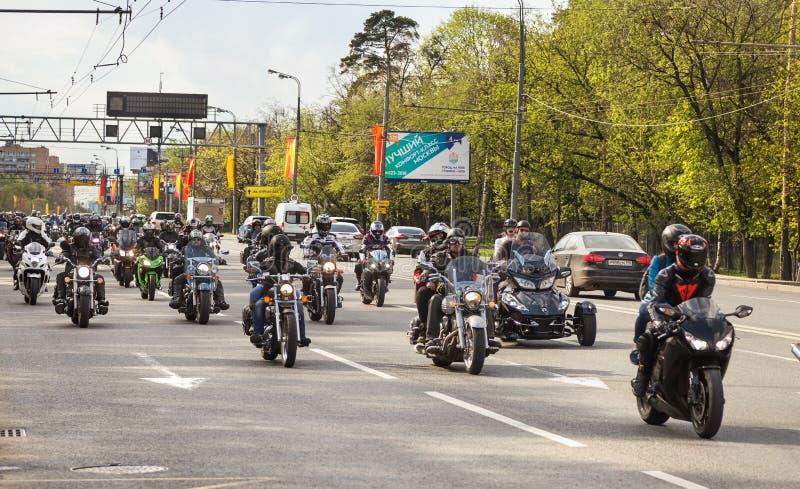 Giri dei motociclisti sulla via di Mosca fotografie stock libere da diritti