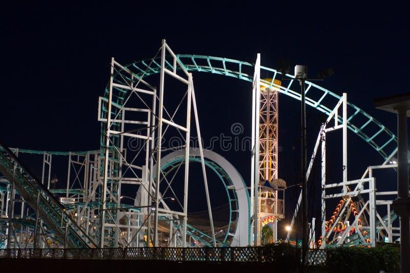 Giri del parco di divertimenti alla notte immagine stock libera da diritti