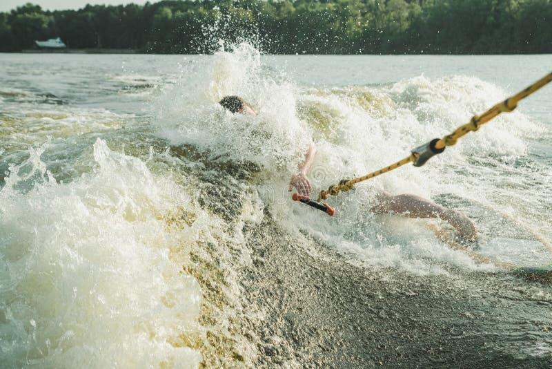 Giri del surfista sul bordo immagine stock