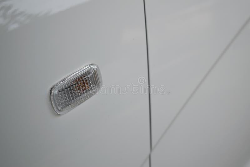 Giri la luce di segnalazione di stile bianco di buio dell'automobile della città fotografia stock libera da diritti