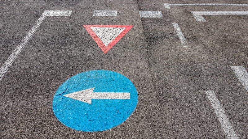 Giri la sinistra e l'aspettare altri simbolo del segnale stradale di traffico con la freccia bianca che indica la sinistra fotografie stock libere da diritti