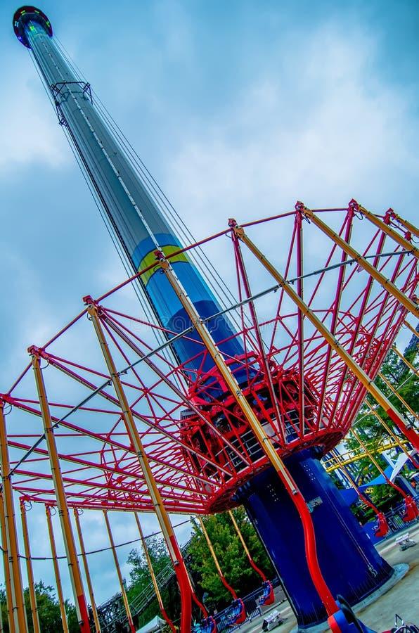 Giri pazzi delle montagne russe al parco di divertimenti immagine stock