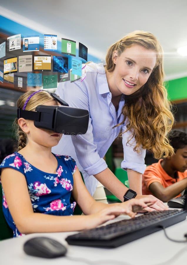 Giril mit dem Lehrer, der Kopfhörer VR-virtueller Realität mit Schnittstelle trägt stockbilder