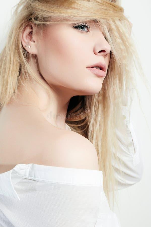 Girl Beauty Portrait modèle La belle fille de brune avec la coiffure et composent d'isolement sur le fond blanc photos stock