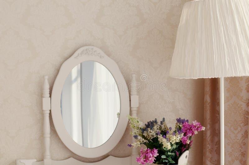 Girl& x27 ; coiffeuse de s avec le miroir et la décoration photo stock