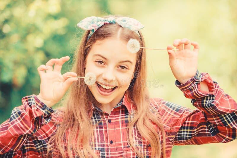Girl country rustic style Checkered shirt natura tło Świętujący powrót lata Gdaczek piękny i pełny zdjęcia stock