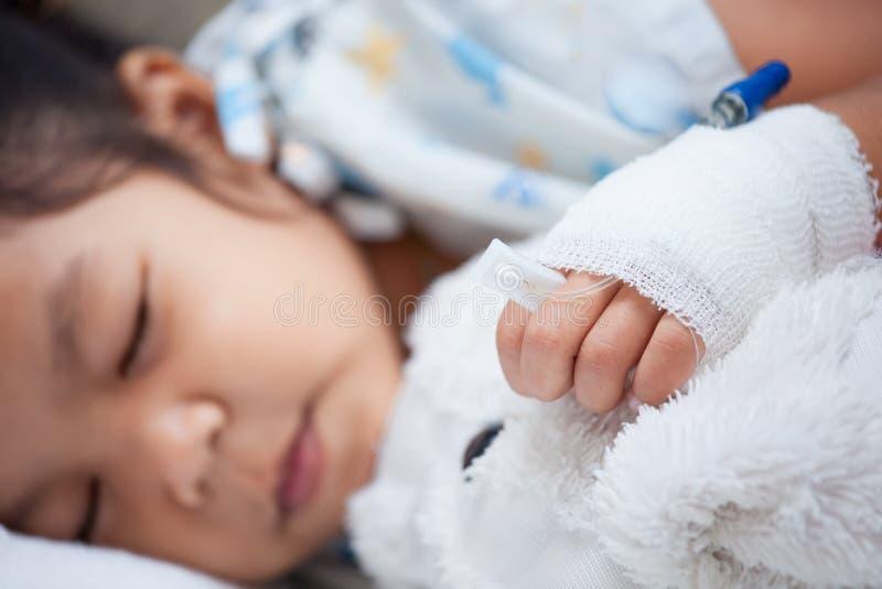 Girl& doente x27 da criança; mão de s com intravenous salino & x28; iv& x29; gotejamento foto de stock royalty free