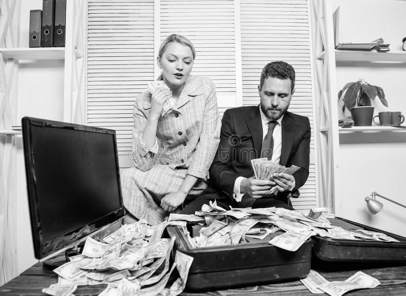 girl finanziario tiene un pacchetto di piacere dei dollari Conteggio del profitto dei soldi Uomo d'affari dell'uomo e segretario  immagine stock