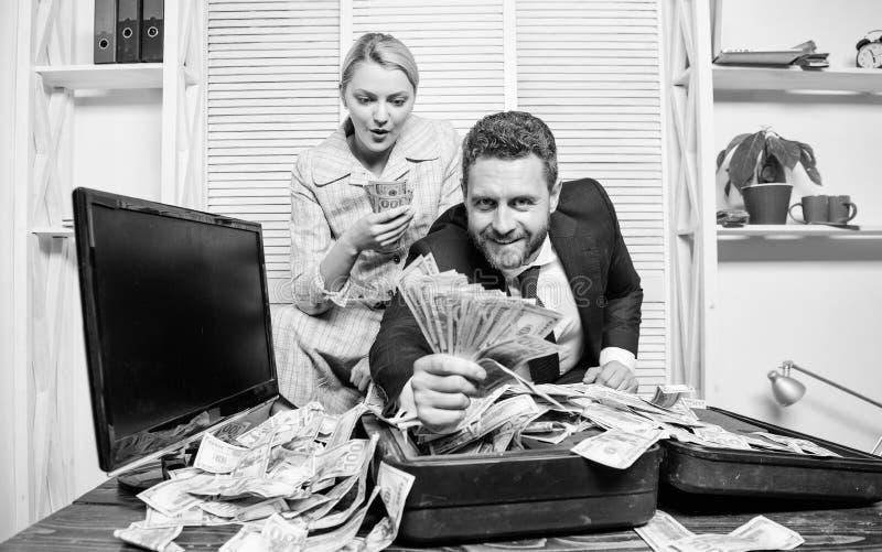 girl h?lt einen Satz Dollarvergn?gen Manngesch?ftsmann und Frauensekret?r mit Stapeldollarbanknoten Gewinn- und Reichtumskonzept stockfotos