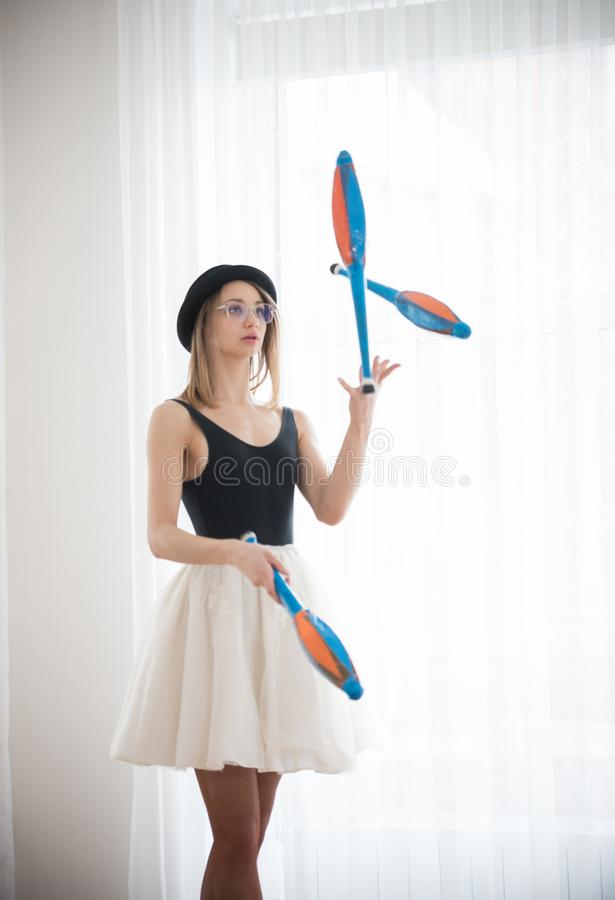 Free Girl Juggler In The Hat Performs The Trick In The Studio Royalty Free Stock Images - 140345839