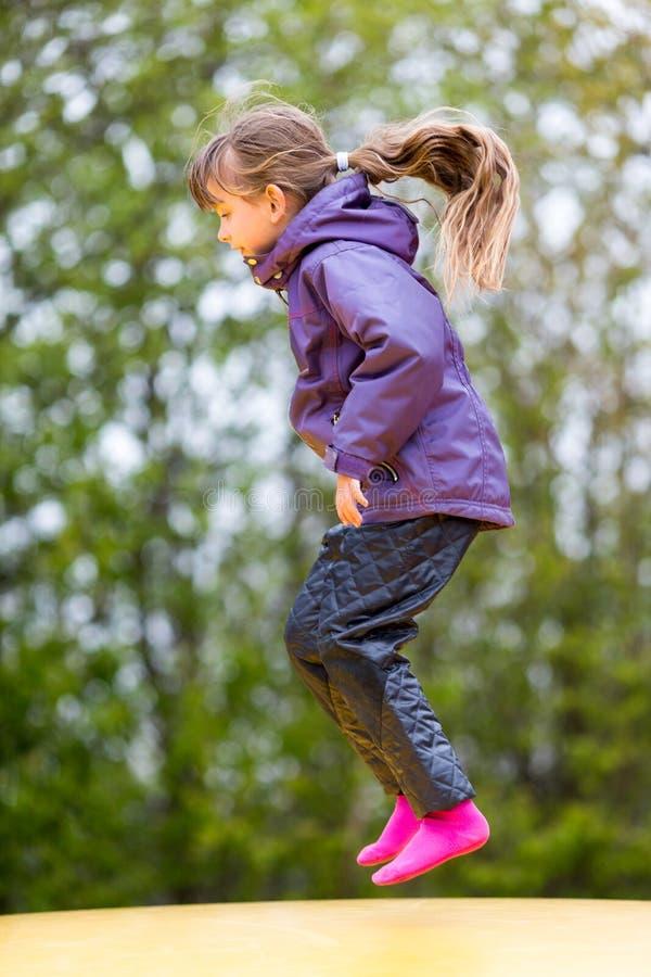 Download Girl jump стоковое изображение. изображение насчитывающей раздувно - 40582803