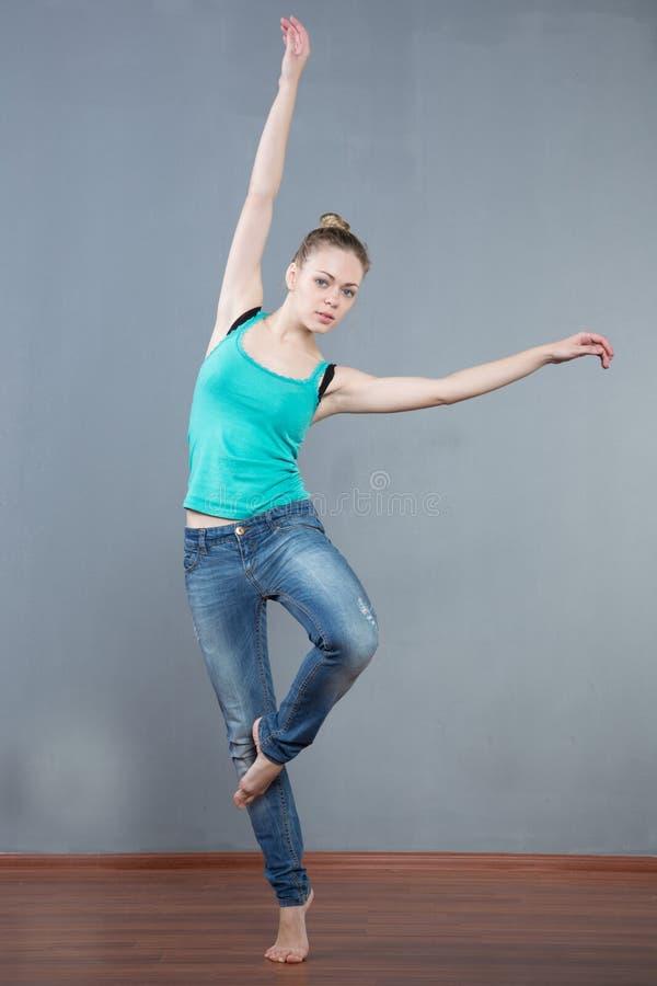 girl jump arkivbilder