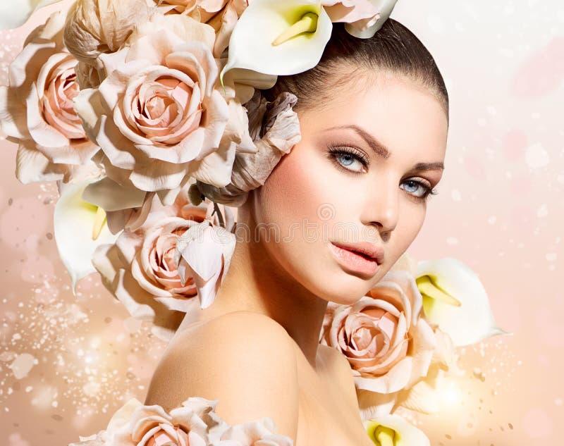 Girl modelo con el pelo de las flores