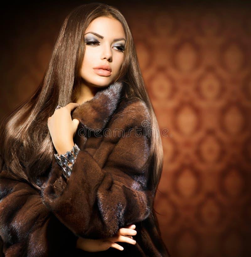 Girl modelo en Mink Fur Coat foto de archivo libre de regalías